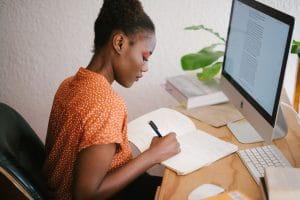 Cheffe d'entreprise rédigeant un article de blog