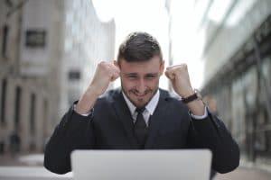 Entrepreneur heureux d'être mieux référencé sur Google.