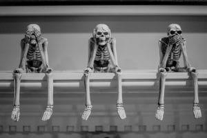 Squelettes assistant à une présentation PowerPoint
