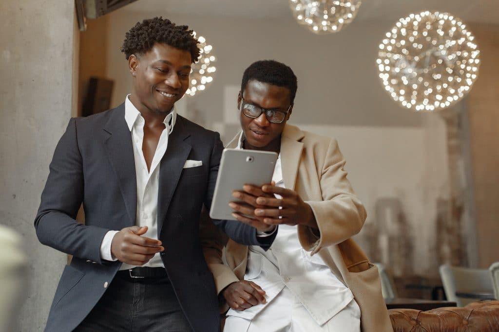 Deux hommes utilisent le marronnier de Noël pour leur calendrier éditorial.