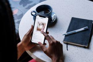 Entrepreneur qui partage un lien hypertexte sur Instagram