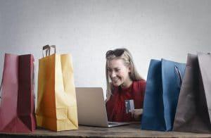 Cliente d'une site internet au milieu des achats qu'elle a fait en ligne