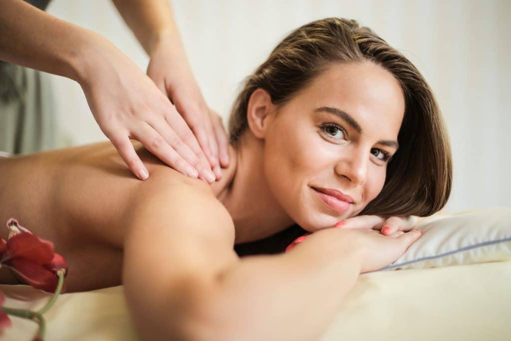 Entrepreneure en train de se faire masser