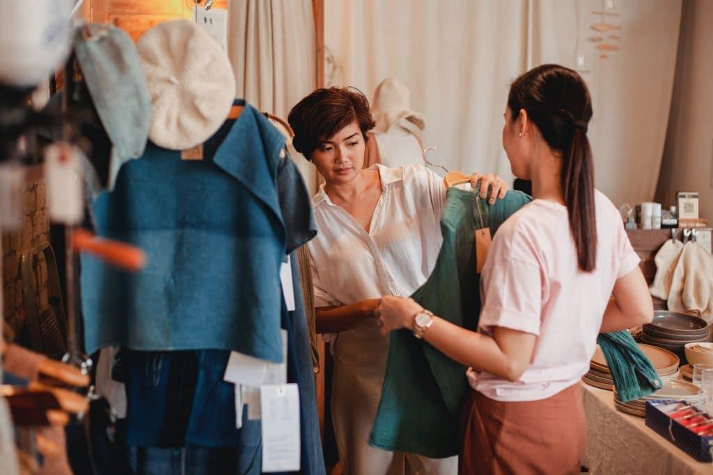 Conseillère en image en séance de shopping